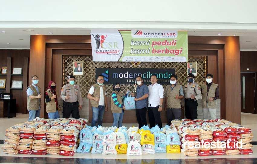 Prosesi secara simbolis penyerahan bantuan paket sembako bagi warga terdampak pandemi COVID-19 di sekitar proyek ModernCikande Industrial Estate, Serang, Banten.