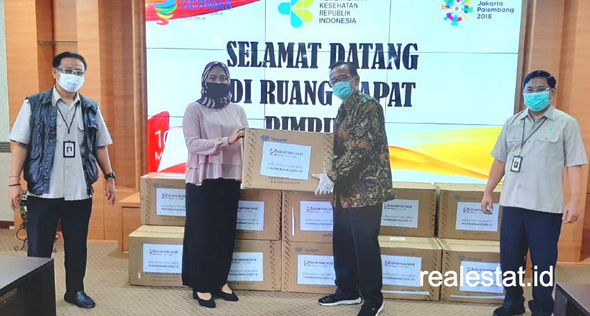 Corporate Governance & Sustainability Division Head Sinar Mas Land, Ignesjz Kemalawarta, menyerahkan 12.500 unit alat Rapid Test Kit (RTK) kepada Kementerian Kesehatan RI.