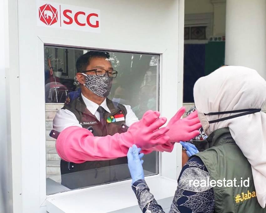 Gubernur Jawa Barat, Ridwan Kamil mencoba bilik swab SCG.