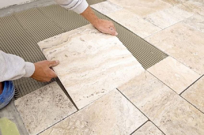 Ilustrasi pemasangan lantai keramik saat renovasi rumah. (Foto: dok. Drymix)