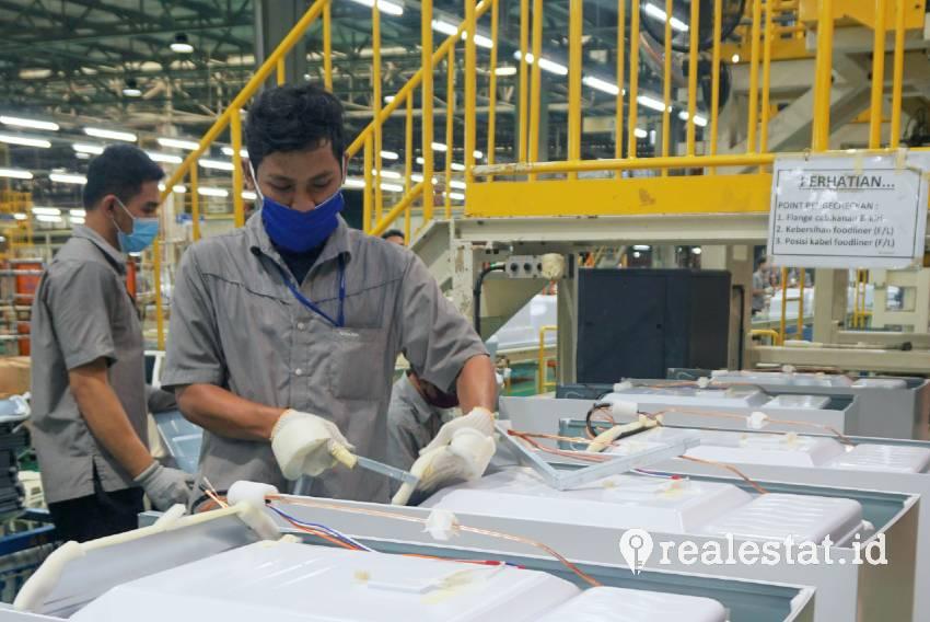 Aktivitas di pabrik lemari es Sharp di KIIC. (Foto: Dok. SEID)
