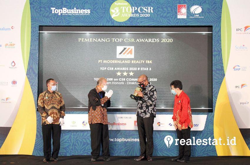 Dharma Mitra, Corporate Human Capital & Legal Division Head PT Modernland Realty Tbk. (ketiga dari kiri) menerima penghargaan TOP CSR 2020. (Foto: Dok. Modernland)