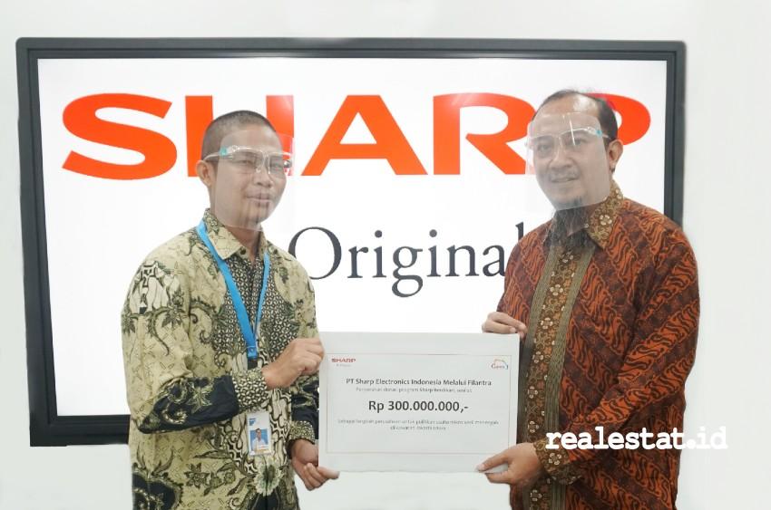 Bantuan Sharp Berdikari diserahkan National Sales Senior General Manager PT Sharp Electronics Indonesia, Andry Adi Utomo (kanan) kepada Apipudin selaku Marketing Director Filantra. (Foto: Dok. Sharp Indonesia).