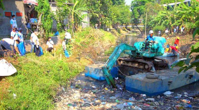 Wings Surya Group Bersihkan Kali Tengah Gresik realestat.id dok