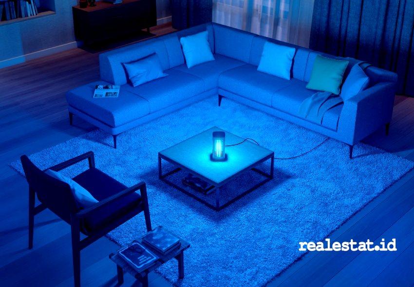 Penggunaan lampu UV-C Signify di ruang tamu. Lampu meja baru ini diklaim dapat membantu menonaktifkan virus, termasuk SARS-CoV-2 atau Covid-19. (Foto: dok Signify)