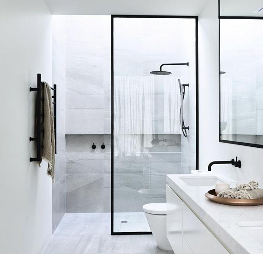 Salah satu inspirasi pengaplikasian sekat kaca di kamar mandi modern minimalis. (Foto: pinterest)