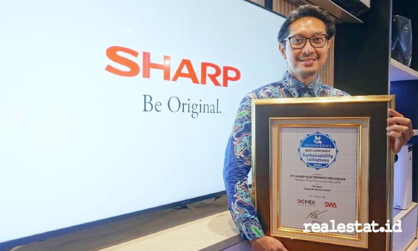 Pandu Setio, Senior PR & Brand Communication Manager PT Sharp Electronics Indonesia saat menerima penghargaan Indonesia's Best Corporate Sustainability Initiatives 2020.