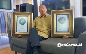 Andrew Gultom, Head of HA Product Strategy Division Sharp Indonesia dengan penghargaan Indonesia Best Brand Awards 2020.