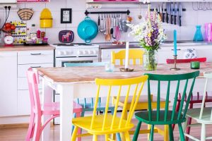 Inspirasi interior ruang makan berwarna yang ceriakan momen liburan akhir tahun. (Foto: Pinterest)