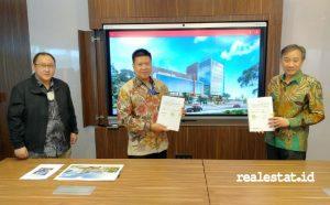Penandatangan kerja sama antara dilakukan Andreas Andreyanto, CEO PT Simbiotik Multitalenta Indonesia (tengah) dan Doddy Tjahjadi, Managing DirectorPTIArchitects (kanan), Rabu, 16 Desember 2020. (Foto: RealEstat.id)