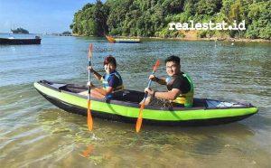Dua wisatawan menghabiskan waktu staycation mereka di Nuvasa Bay Batam dengan bermain kayak di pantai Nuvasa. (Foto: dok. Nuvasa Bay)