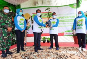 Wali Kota Tangerang Selatan, Airin Rachmi Diany SH MH bersama Kepala Divisi Corporate Affairs PT BSD – Sinar Mas Land, Dony Martadisata menyerahkan bibit tanaman kepada warga dalam acara peresmian Kampung Mantul di Kampung Dadap Timur, Tangerang Selatan.