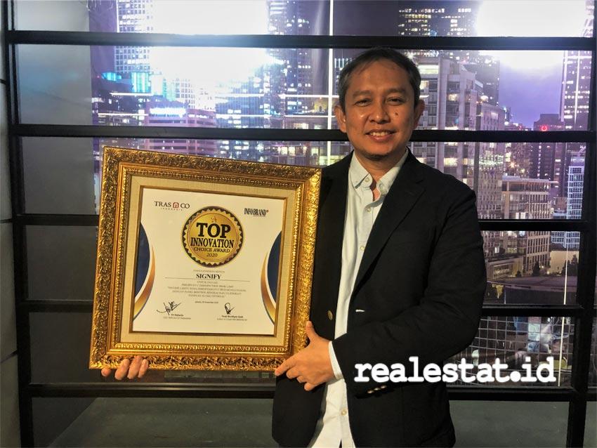 Dedy Bagus Pramono, Commercial Leader Consumer Signify Indonesia, menerima penghargaan Top Innovation Choice Award 2020 untuk lampu meja desinfeksi Philips UV-C. (Foto: dok. Signify Indonesia)
