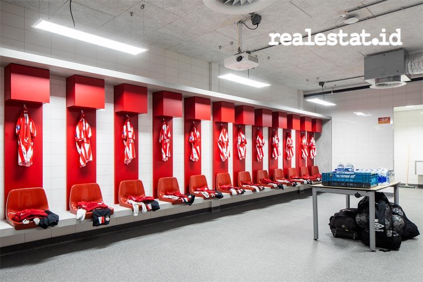 Ruang ganti klub sepakbola PSV Eindhoven menggunakan lampu desinfeksi UV-C dari Signify. Hal ini dilakukan guna melindungi pemain dan manajemen salah satu klub sepakbola besar di Belanda tersebut. (Foto: Signify)