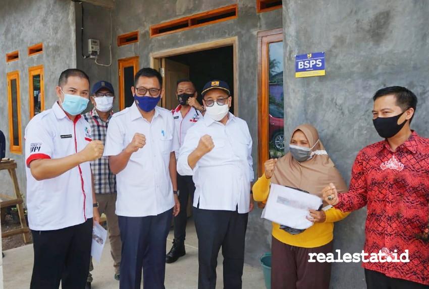 Direktur Jenderal Perumahan Kementerian PUPR, Khalawi Abdul Hamid (ketiga dari kanan) saat meninjau Program BSPS di Bandar Lampung.