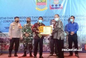 Penghargaan CSR diserahkan oleh Bupati Bekasi, Eka Supria Atmaja kepada Aris Dwi Cahyanto, General Manager PT Jababeka Infrasrtuktur.
