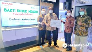 Penyerahan bantuan Sharp Indonesia melalui Human Initiative.