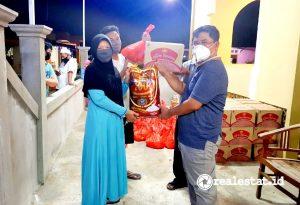 Ketua Umum DPP Apersi, Junaidi Abdillah memberikan bantuan kepada korban bencana alam. (Foto: Dok. Apersi)