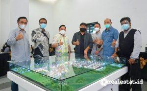 Dari Kiri ke Kanan: Teguh Waskitha Wicaksana (Project Director - Cisauk Point, Member of LRT City), Djoko Santoso (Manager Biro Promosi), Rizkan Firman (Direktur Utama), Indra Syahruzza (Direktur Pemasaran), Hengky Iskandar (Manajer Biro Penjualan), Yudi Listiono (GM Produksi), Hartanto Khamdani (Deputy Project Director Adhi City Sentul)
