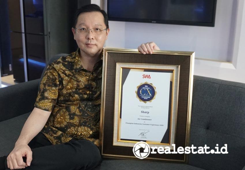 Agus Soewadjie, Head of Marketing Communication Sharp Indonesia, saat menerima penghargaan Indonesia Customer Experience Award 2020. (Foto: dok. Sharp Indonesia)