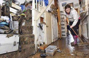 Ilustrasi membersihkan rumah usai terendam banjir. (Foto: minews.com)