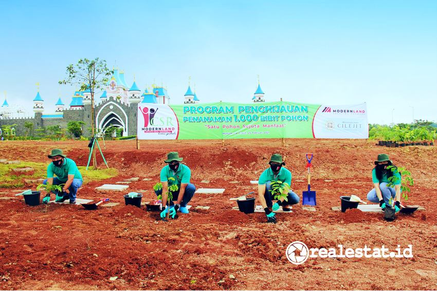 Program penghijauan penanaman 1000 bibit pohon di Modernland Cilejit.