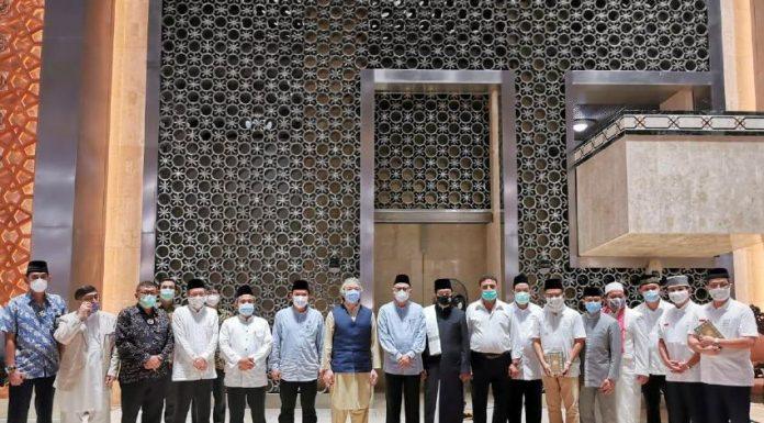 Penyerahan wafak 3.000 mushaf Al-Qur'an dari YMSM kepada Badan Pelaksana Pengelola Masjid Istiqlal. (Foto: Dok. YMSM)