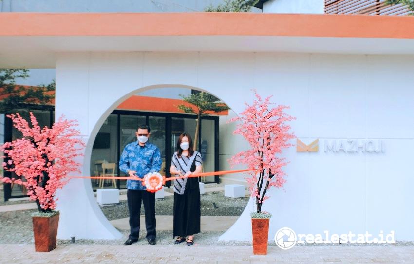 Septavianto (Project Director Mazhoji) dan Liana (Marketing Manager Mazhoji) meresmikan Marketing Gallery dan Show Unit Mazhoji Apartment, Jumat, 26 Maret 2021.  (Foto: Dok. PP Properti)