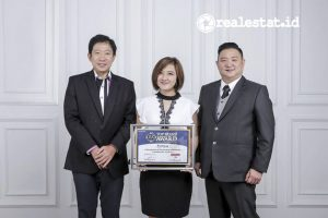 Pemimpin Frontier Consulting Group, Handi Irawan (kiri) saat menyerahkan penghargaan Top Brand Awards 2021 kepada Chief Executive Officer Fortress, Joni Effendi (kanan) bersama dengan Chief Finance Officer Fortress, Sylvia. (Foto: dok. Fortress)