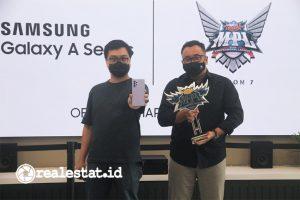 Irfan Rinadi, Product Marketing Manager Samsung Electronics Indonesia bersama Azwin Nugraha, Head of PR e-sports Moonton Indonesia, menjalin kesepakatan kerjasama untuk mendukung dunia e-sport Indonesia, pada Rabu (24/3/2021) di Jakarta.