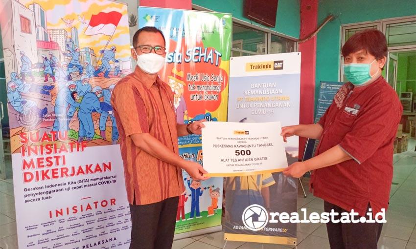 Azkhwaldi Aziz, General Manager Java Area Trakindo (kedua dari kanan), dan tim Trakindo BSD mewakili PT Trakindo Utama menyerahkan 500 unit alat tes antigen kepada Puskesmas Rawa Buntu, Tangerang Selatan, Banten, Jumat (26/02/2021). Trakindo bekerja sama dengan Gerakan Indonesia Kita (GITA) ambil bagian dalam pengendalian pandemi Covid-19 dengan mendonasikan lebih dari 9.000 alat tes antigen. (Foto: dok. Trakindo)