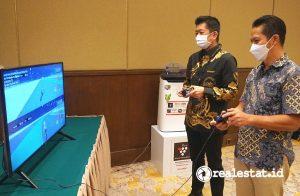 Shinji Teraoka, Presiden Direktur PT Sharp Electronics Indonesia dan Syaifudin, Executive Vice President Divisi Business Service Telkom, mencoba Cloud Gaming hasil karya anak bangsa GameQoo. (Foto: Dok. Sharp Indonesia)
