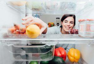 Mengatur bahan makanan di lemari es secara tepat akan menghemat konsumsi daya  listrik pada lemari es. (Foto: shutterstock)