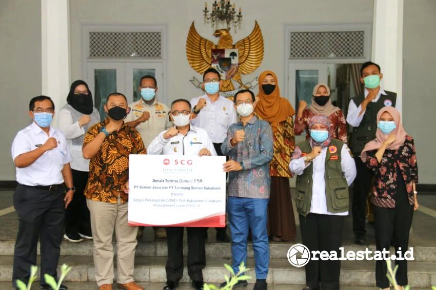Paket Donasi dari kedua anak perusahaan SCG secara simbolis diterima oleh Wakil Bupati Sukabumi, Drs. H.  Iyos Somantri, M.Si di Pendopo Sukabumi. (Foto: dok SCG Indonesia)