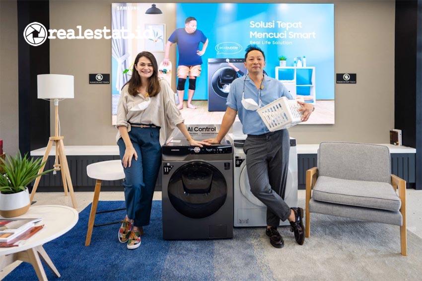 Ringgo Agus Rahman dan sang istri, Sabai Morscheck tengah berfoto di depan Samsung Ecobubble Washer. Mesin cuci terbaru dari Samsung tersebut memanfaatkan teknologi AI untuk pencucian yang intuitif dan memudahkan penggunanya. (Foto: dok. Samsung Electronics Indonesia)