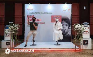 Pandu Setio, Senior PR & Brand Communication Manager PT Sharp Electronics Indonesia saat menjelaskan program Sharp Bersedekah, Rabu (28/04/2021) lalu, di Jakarta. Sharp menyiapkan 1 unit lemari es yang dilengkapi oleh teknologi Plasmacluster untuk sarana meletakkan donasi makanan dan minuman bagi yang membutuhkan. (Foto: Adhitya Putra)