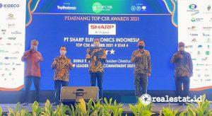 Shinji Teraoka, Presiden Direktur PT Sharp Electronics Indonesia, saat menerima Penghargaan Top CSR Awards  2021.