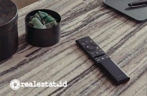 Samsung mendesain remote control TV bertenaga cahaya, SolarCell. Remote control TV Samsung tersebut bisa mengisi daya dari sinar matahari, pencahayaan dalam ruangan, maupun pengisian daya lewat USB. (Foto: Samsung Electronics Indonesia)