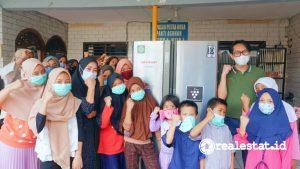 Serah Terima Lemari Es di Panti Asuhan Yayasan Putra Nusa (Foto: Dok. Sharp Indonesia)
