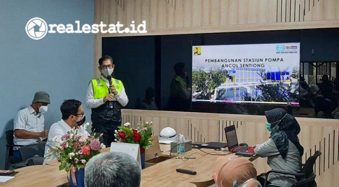 Penjelasan mengenai proyek Stasiun Pompa Ancol Sentiong, pada Selasa (04/05/2021). Rumah pompa yang berada di  hilir Kali Sentiong ini merupakan bagian dari rencana induk pengendalian banjir Jakarta. (Foto: Adhitya Putra)