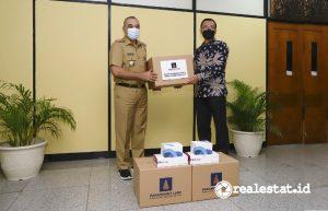 Penyerahan bantuan Reagen PCR dan Tes Antigen oleh Ervan Adi Nugroho, Presiden Direktur Paramount Land (kanan) kepada Bupati Tangerang, A. Zaki Iskandar (Foto: Dok. Paramount Land)