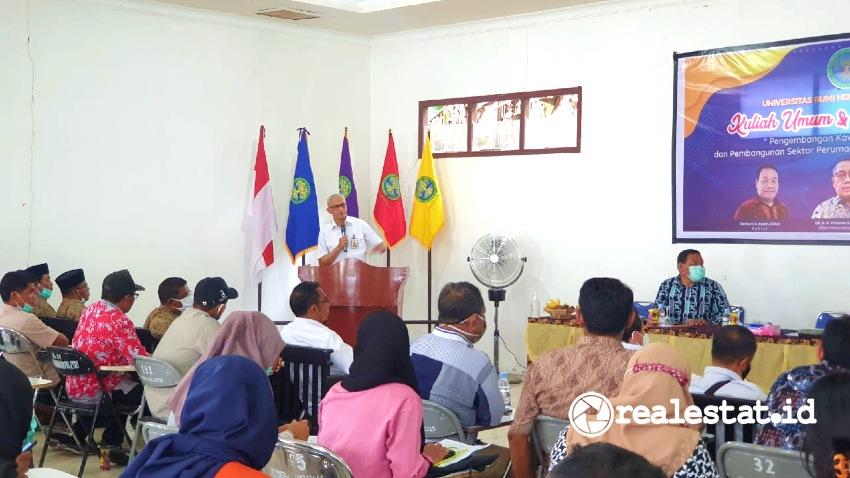 Dwityo Akoro Soeranto, Direktur Sistem dan Strategi Penyelenggaraan Perumahan Direktorat Jenderal Perumahan Kementerian PUPR, saat menyampaikan Kuliah Umum dan Diskusi Publik di Universitas Bumi Hijrah (Unibrah) Maluku Utara