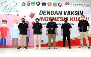 Gunawan Setyo Hadi, Corporate Communication Department Head PT Modernland Realty Tbk. (tengah) berpose bersama tim internal management Jakarta Garden City dalam acara Vaksinisasi Covid-19. (Foto: Dok. Modernland)