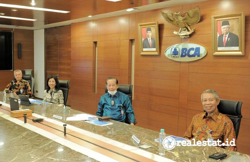 Dari kanan ke kiri: Wakil Presiden Direktur BCA, Suwignyo Budiman; Presiden Direktur BCA, Jahja Setiaatmadja; Direktur BCA, Vera Eve Lim; dan Direktur BCA, Rudy Susanto saat pemaparan kinerja keuangan BCA Semester I 2021 di Jakarta, Kamis (22/7/2021).