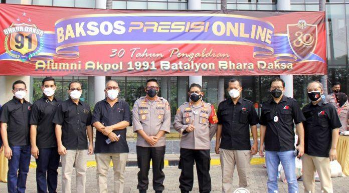 BrigjenPol Krishna Murti, Perwakilan Alumni Akpol 91 Batalyon Bhara Daksa (kelima dari kiri) berdampingan dengan Gunawan Setyo Hadi, Corporate Communication Department Head PT Modernland Realty Tbk. (ketujuh kiri), Yandi Ramayadi, Town Management Dept. Head Jakarta Garden City (kedelapan kiri), Jamal Abdullatif, GM HR PT Modernland Realty Tbk. (paling kanan) dan Togu Pangihutan, General Manager Town Management & High Rise Jakarta Garden City (ketiga kiri) berpose bersama saat prosesi pembagian paket sembako gratis pada program Gebrak Baksos Presisi Online.