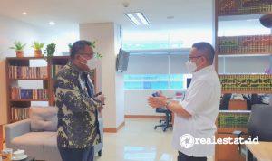 Direktur Jenderal Perumahan, Khalawi Abdul Hamid (kanan) saat mendapat kunjungan dari Bupati Kepulauan Tanimbar, Petrus Fatlolon, di Kantor Kementerian PUPR, Jakarta, Selasa (14/9/2021).