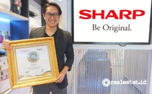 Pandu Setio, Sr. PR & Brand Communication PT Sharp Electronics Indonesia saat menerima Top CSR of The Year 2021.