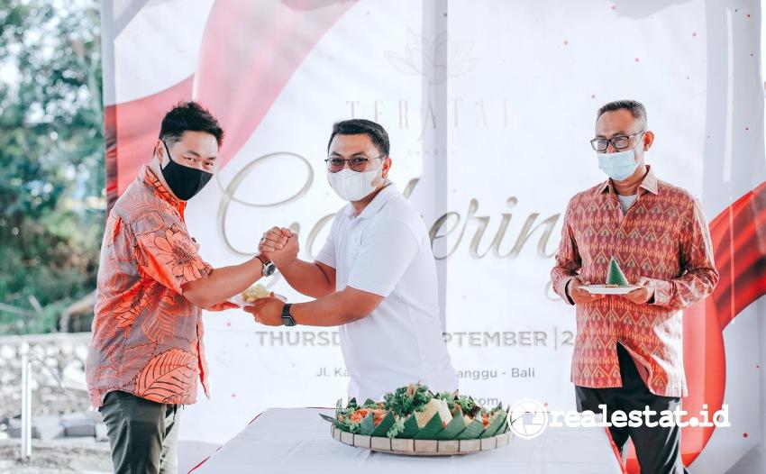 I Gede Arya Wijaya, Direktur PT Teratai Agung Kencana (tengah) saat prosesi launching Teratai Grand Village, Kamis, 9 September 2021.