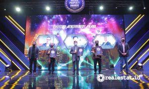 Penghargaan Lifetime Achievement (dari kiri ke kanan): Ali Tranghanda - CEO Indonesia Property Watch, Budiarsa Sastrawinata - Managing Director Ciputra Group,  James Riady - Deputy Chairman Lippo Group, Dhony Rahajoe - Managing Director President Office Ciputra Group, Chong Ming Hwee - CEO 99 Group Indonesia.