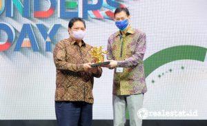 Menteri Koordinator Perekonomian RI, Airlangga Hartanto (kiri) dan CEO Grup Ciputra, Candra Ciputra di puncak acara Founders' Day Grup Ciputra ke-40, Jumat, 22 Oktober 2021 (Foto: dok. Grup Ciputra).